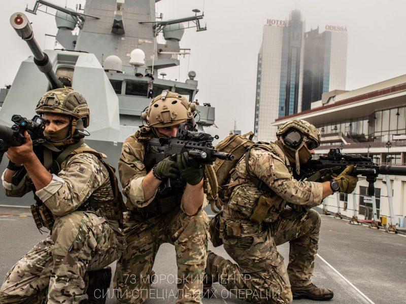 """Очаковские «морские котики» отработали на британском эсминце """"Defender"""" абордаж (ФОТО)"""