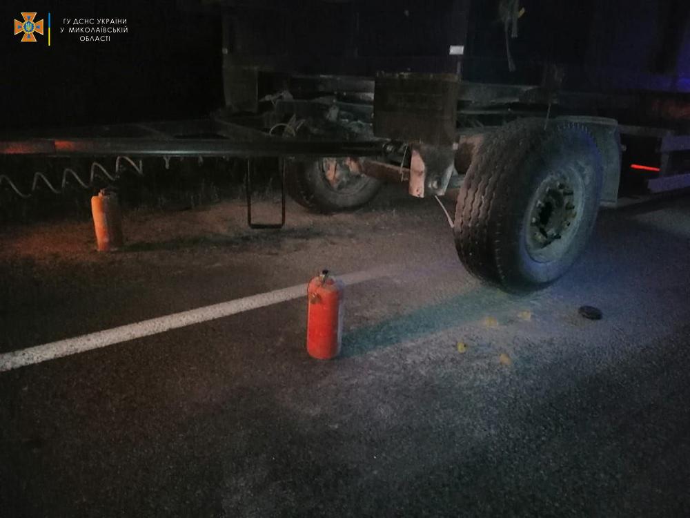 На трассе Н-11 «Днепр-Николаев» тушили прицеп КамАЗа с зерном (ФОТО) 3
