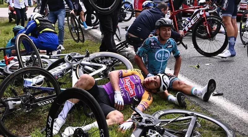 Болельщица с плакатом вызвала падение десятка велосипедистов на «Тур де Франс» (ВИДЕО)