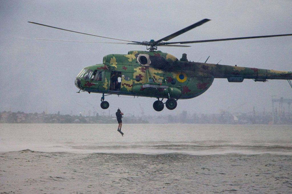 «Человек терпит бедствие»: в Николаеве морские авиаторы тренировались днем и ночью (ФОТО) 1