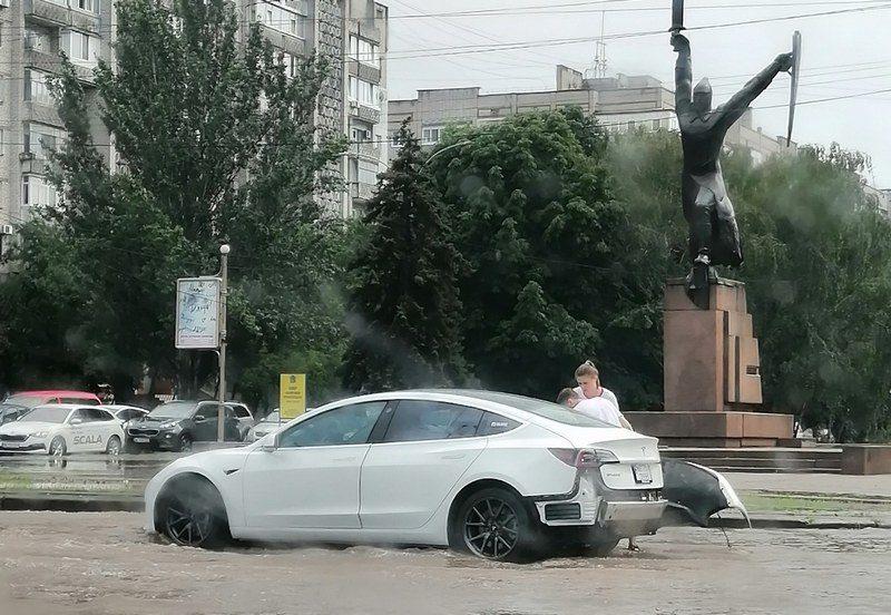 Николаев затопило: как машины «плыли» по улицам (ВИДЕО)