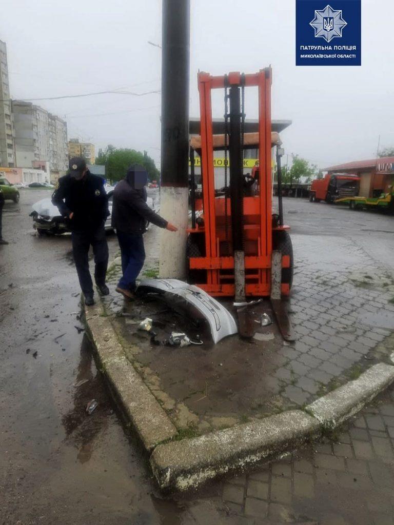 В Николаеве из-за дождя BMW врезался в погрузчик (ФОТО) 1
