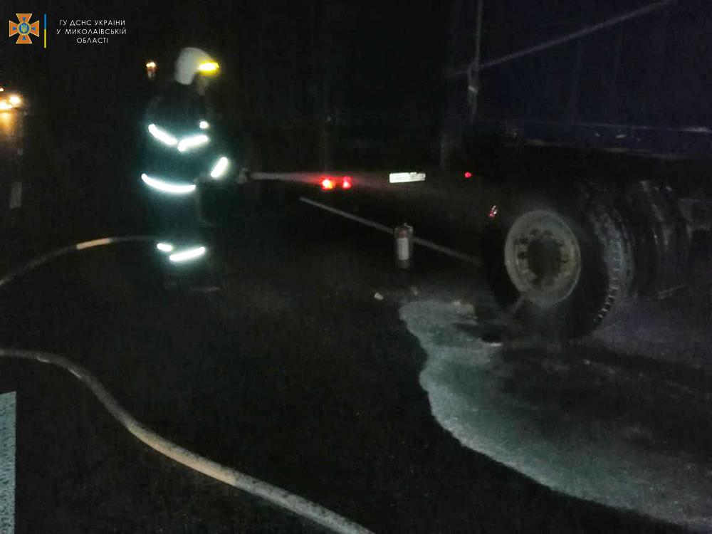На трассе Н-11 «Днепр-Николаев» тушили прицеп КамАЗа с зерном (ФОТО) 1