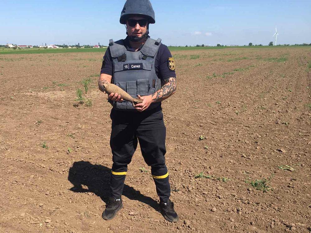 Пиротехники Николаевщины уничтожили найденную в поле старую минометную мину (ФОТО) 3