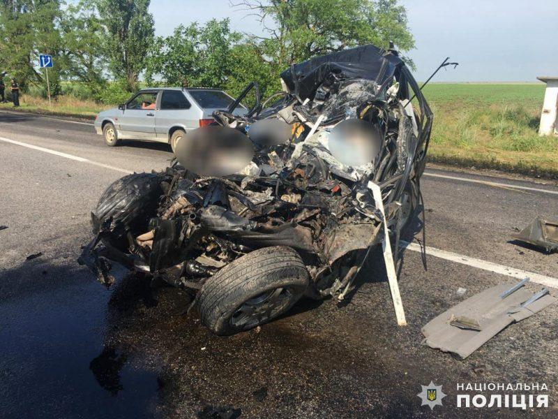 На одесской трассе под Николаевом массовое ДТП: столкнулось 4 автомобиля, двое погибших (ВИДЕО, ФОТО)