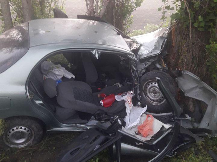 Под Николаевом ночью Lanos врезался в дерево, беременную пассажирку вынимали спасатели (ФОТО)