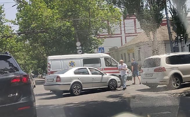 """""""Скорая"""", которая везла """"ковидную"""" вакцину, попала в ДТП в центре Николаева"""