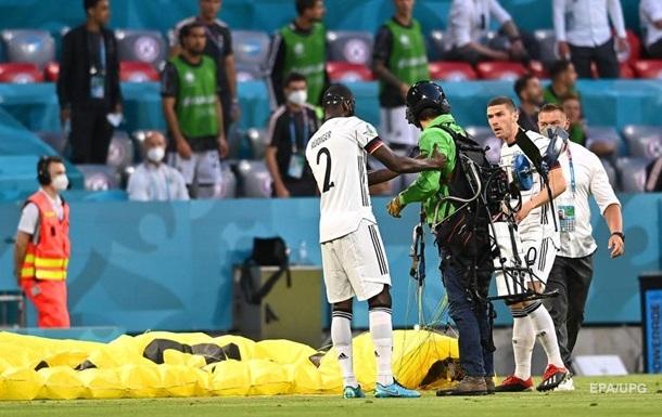 Упал с неба, разбил камеру. Экоактивист чуть не сорвал матч Франции-Герамании на Евро-2020 (ФОТО, ВИДЕО)