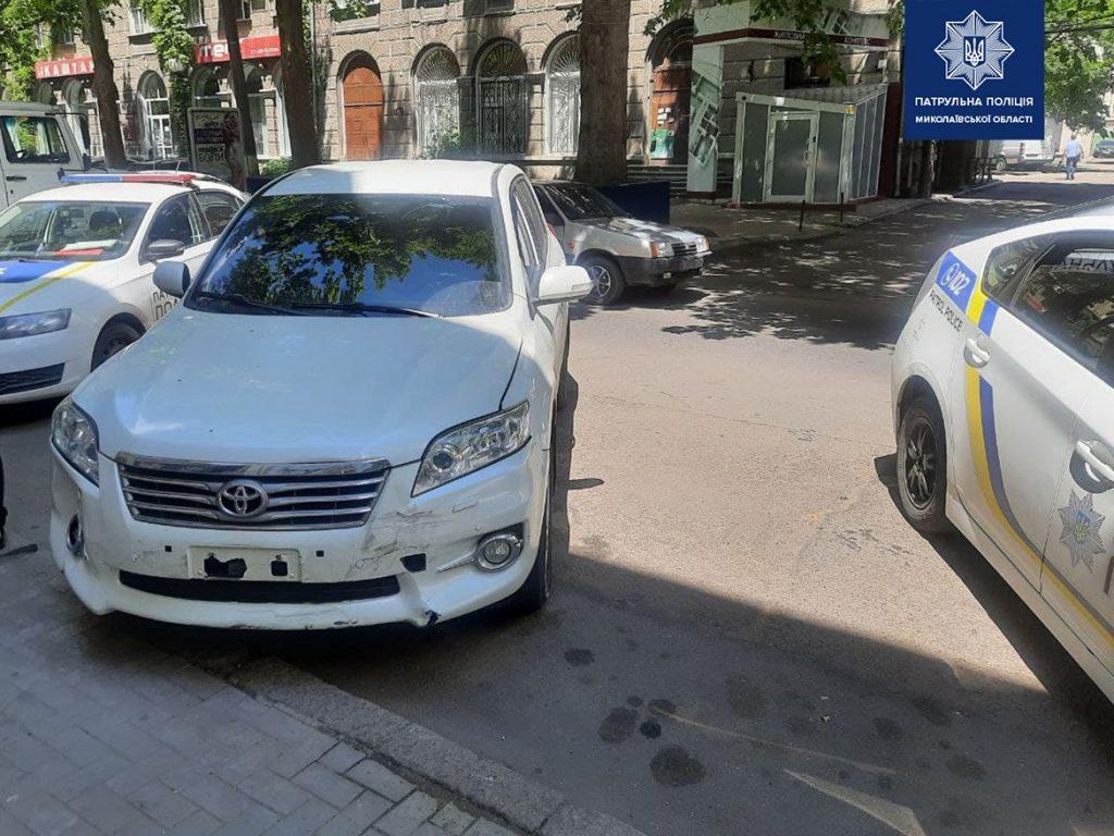 В Николаеве пьяного водителя, скрывшегося с места ДТП, нашли по потерянному номерному знаку (ФОТО) 5