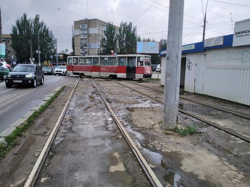 В Николаеве у «Колоса» с рельсов сошел трамвай (ФОТО)