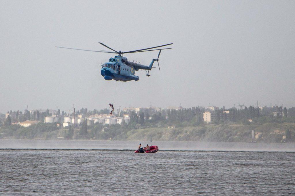 «Человек терпит бедствие»: в Николаеве морские авиаторы тренировались днем и ночью (ФОТО) 7
