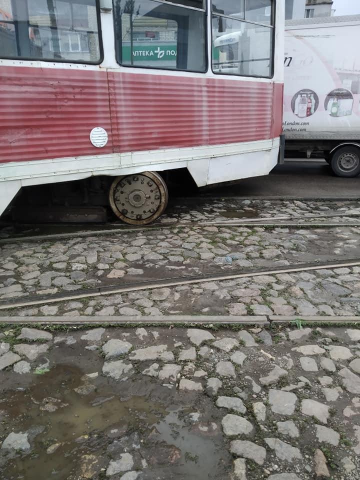 В Николаеве у «Колоса» с рельсов сошел трамвай (ФОТО) 9