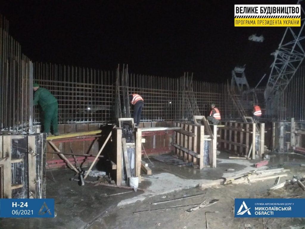 На Николаевщине строительство Троицкого моста ведется круглосуточно (ФОТО) 11