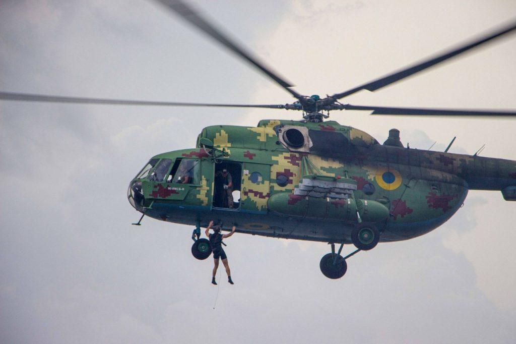 «Человек терпит бедствие»: в Николаеве морские авиаторы тренировались днем и ночью (ФОТО) 11