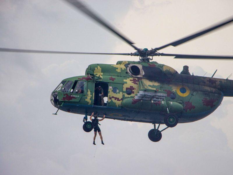 «Человек терпит бедствие»: в Николаеве морские авиаторы тренировались днем и ночью (ФОТО)