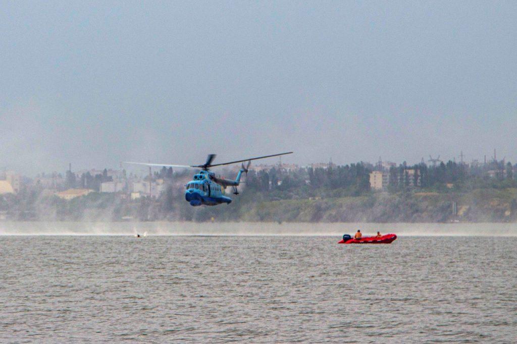 «Человек терпит бедствие»: в Николаеве морские авиаторы тренировались днем и ночью (ФОТО) 13