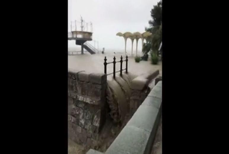 Ужас в Ялте. Ливни превратили улицы в селевые потоки, в море льется грязь (ВИДЕО)
