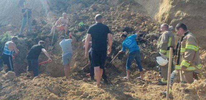 Оползень на пляже. Под завалами в Лебедевке пока никого не нашли, есть угроза нового обвала (ВИДЕО)