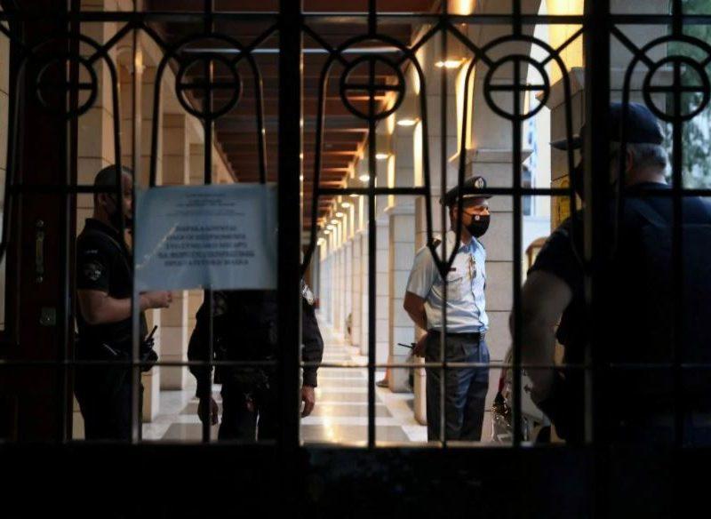 В Греции священника лишили сана за хранение кокаина, на церковном суде он облил кислотой свидетелей обвинения