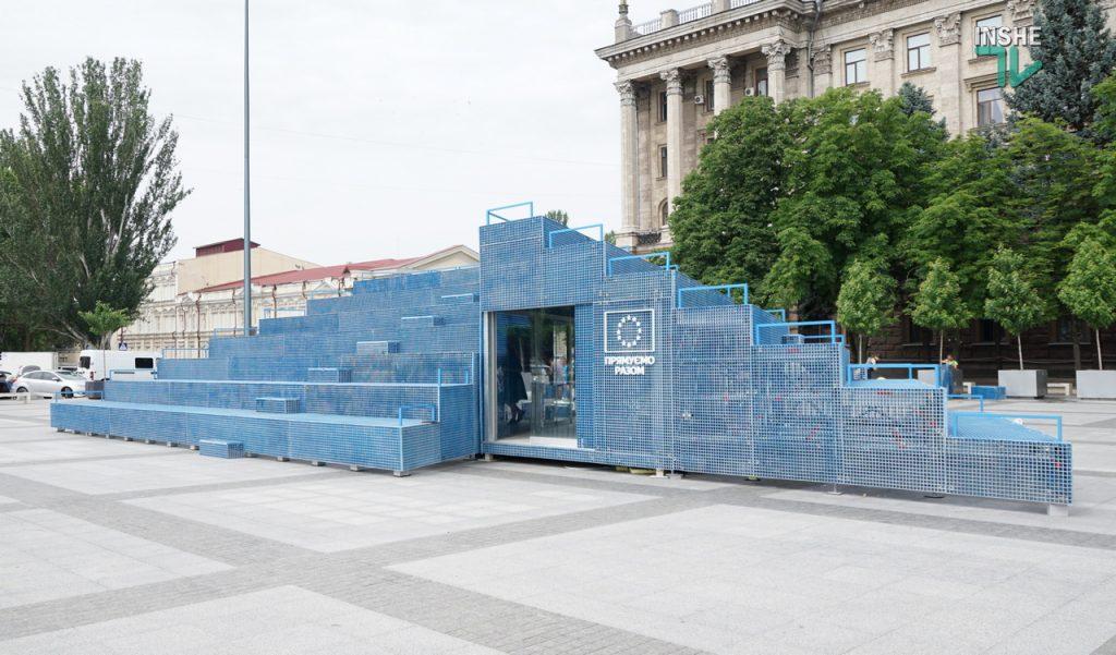 """Голубой """"мавзолей"""" на серой площади. В Николаеве начал работу Мобильный павильон House of Europe (ФОТО и ВИДЕО) 5"""