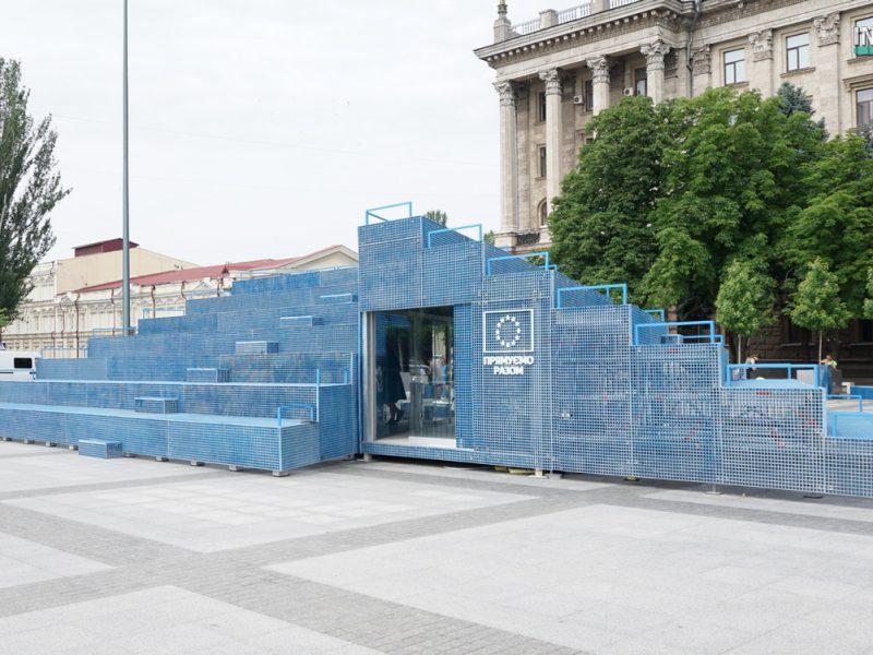 """Голубой """"мавзолей"""" на серой площади. В Николаеве начал работу Мобильный павильон House of Europe (ФОТО и ВИДЕО)"""