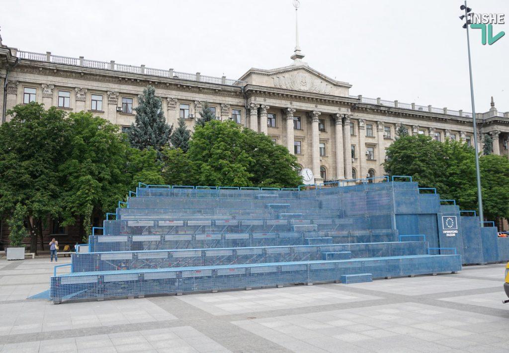 """Голубой """"мавзолей"""" на серой площади. В Николаеве начал работу Мобильный павильон House of Europe (ФОТО и ВИДЕО) 17"""
