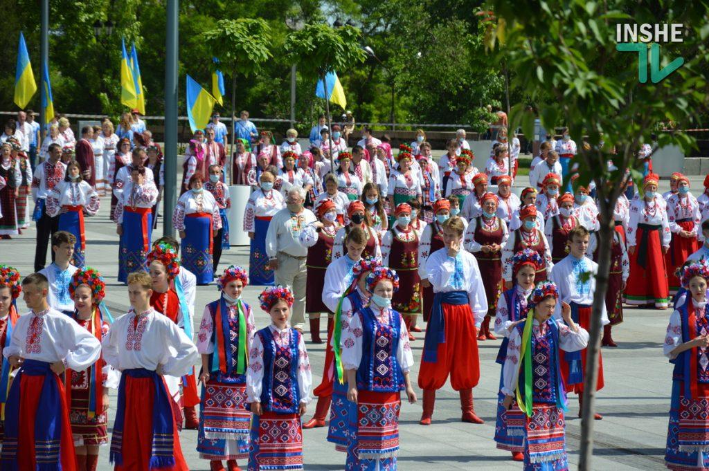 В Николаеве 100 хоров спели гимн Украины на Соборной площади (ВИДЕО и ФОТО) 47