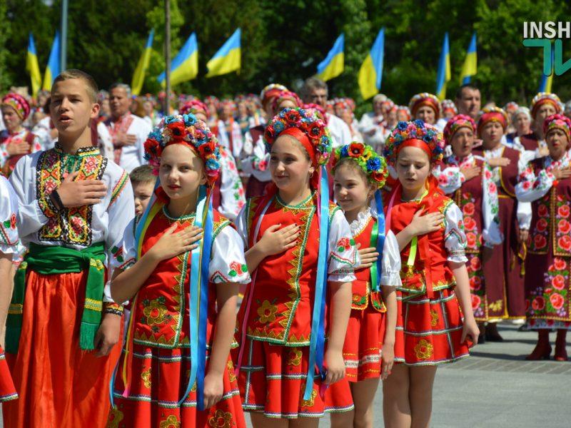 В Николаеве 100 хоров спели гимн Украины на Соборной площади (ВИДЕО и ФОТО)