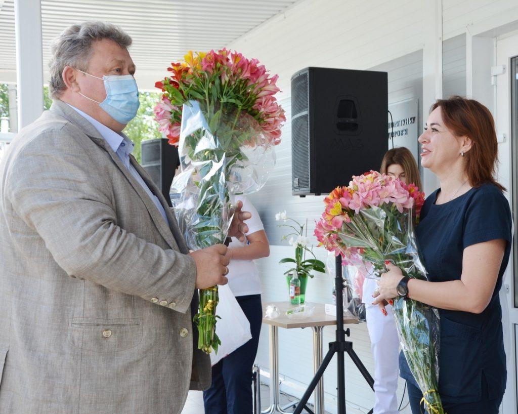 НГЗ поздравил с Днем медработника персонал построенной за средства завода «антиковидной» клиники (ФОТО) 1
