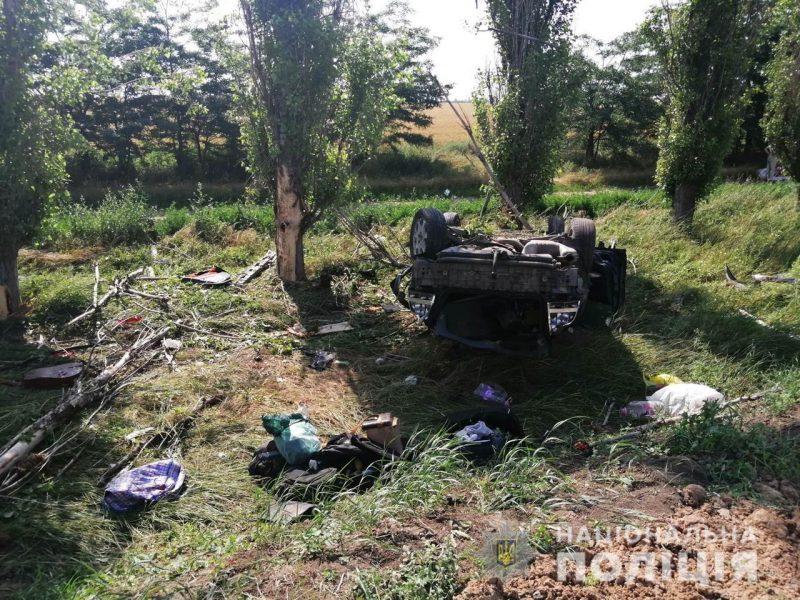 На Очаковской дороге Volvo зацепил DAF, вылетел в кювет, столкнулся с деревом и перевернулся. Пострадавшие в больнице (ФОТО)