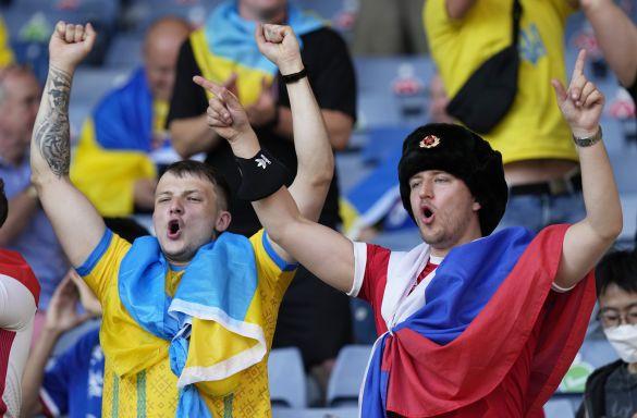 Болельщик пришел в  украинский сектор на матче со шведами в ушанке и с триколором. Все закончилось прогнозируемо (ФОТО, ВИДЕО)