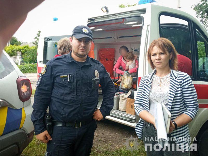 На Николаевщине 2-летняя девочка опрокинула на себя кружку с кипятком. Скорую ей вызвал полицейский (ФОТО)