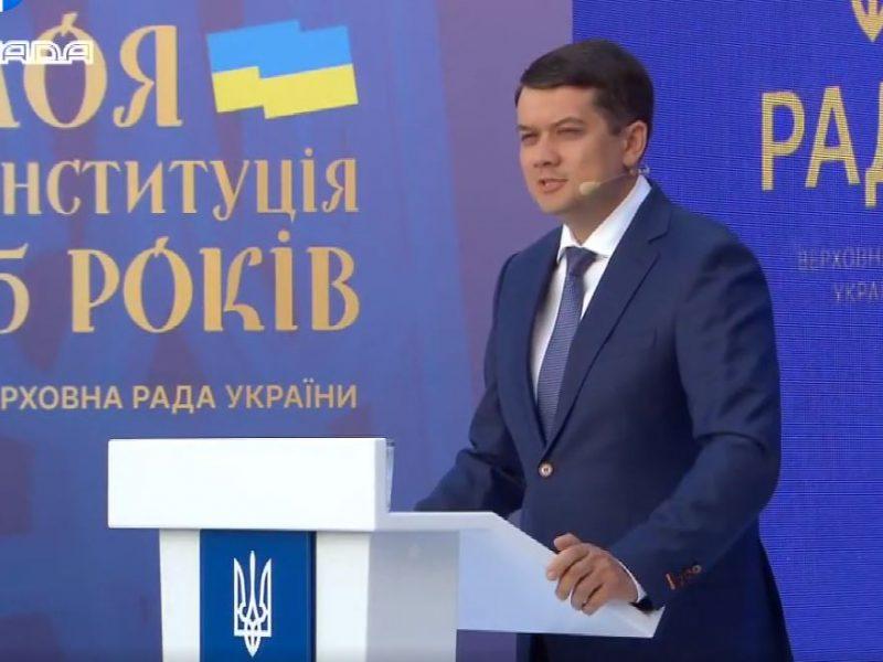 Украинская политика – грязное дело. Разумков прокомментировал возможность досрочных президентских выборов и заочно поспорил с Зеленским (ВИДЕО)