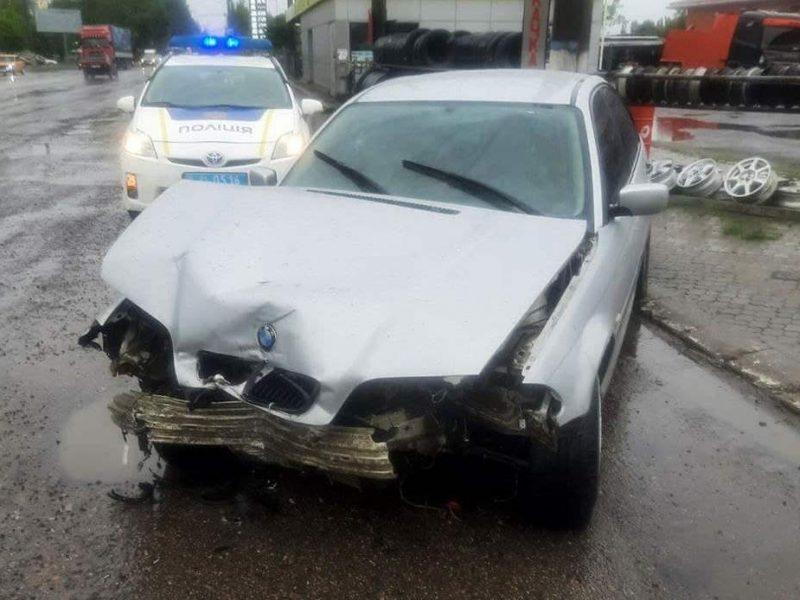 В Николаеве из-за дождя BMW врезался в погрузчик (ФОТО)