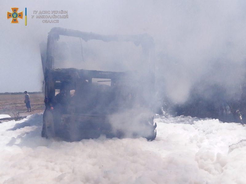 На Николаевщине прямо во время уборочной загорелся грузовик с горохом — поле уберегли, грузовик нет (ФОТО)