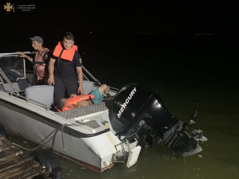 У Очакова спасли рыбака, лодка которого перевернулась в 700 м от берега