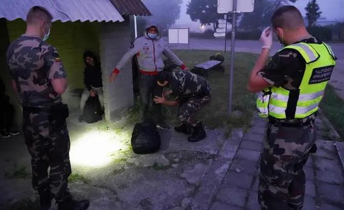 Литовская армия начала устанавливать на границе с Беларусью колючую проволоку