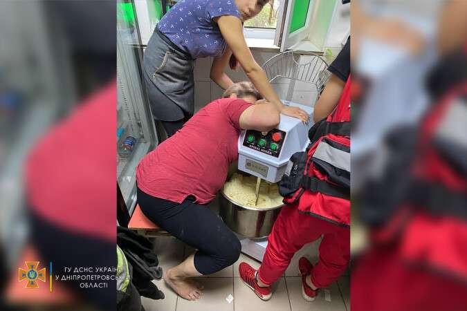 В Днепре у женщины рука застряла в тестомешалке: выручали спасатели