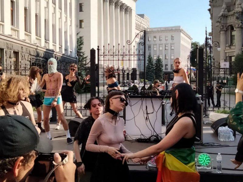 Под Офисом президента проходит ЛГБТ-акция (ФОТО, ВИДЕО)