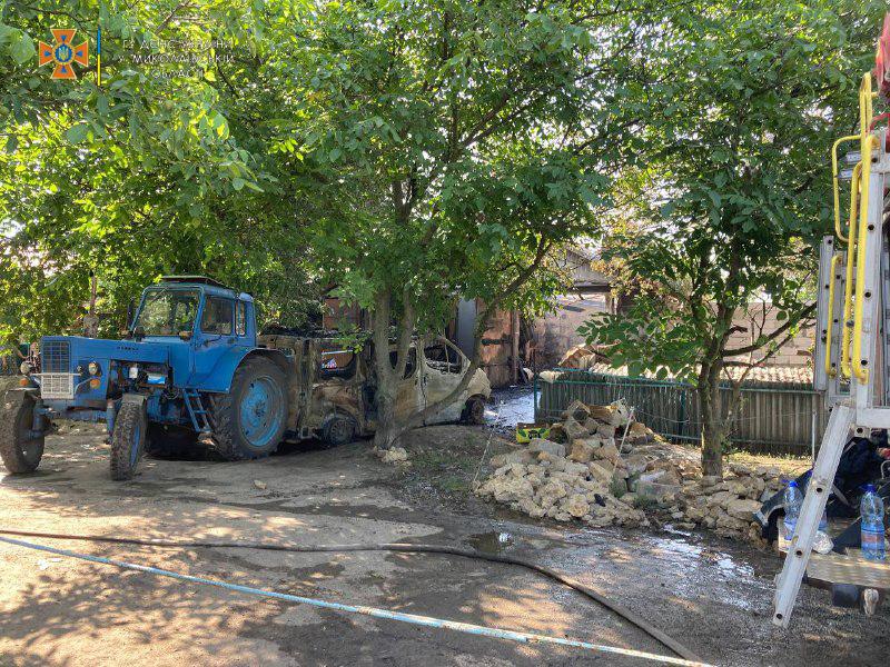 В Николаевской области потушили еще 2 горевших автомобиля и частный магазин (ФОТО) 3