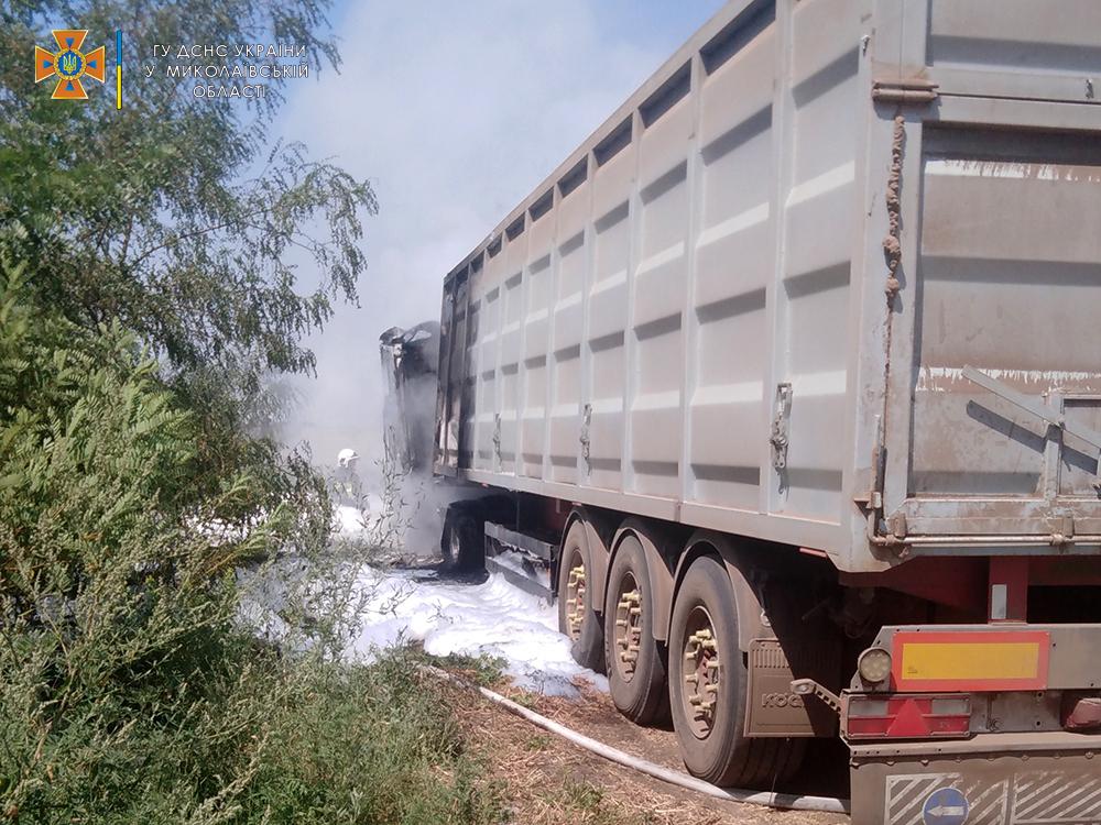 На Николаевщине прямо во время уборочной загорелся грузовик с горохом - поле уберегли, грузовик нет (ФОТО) 3