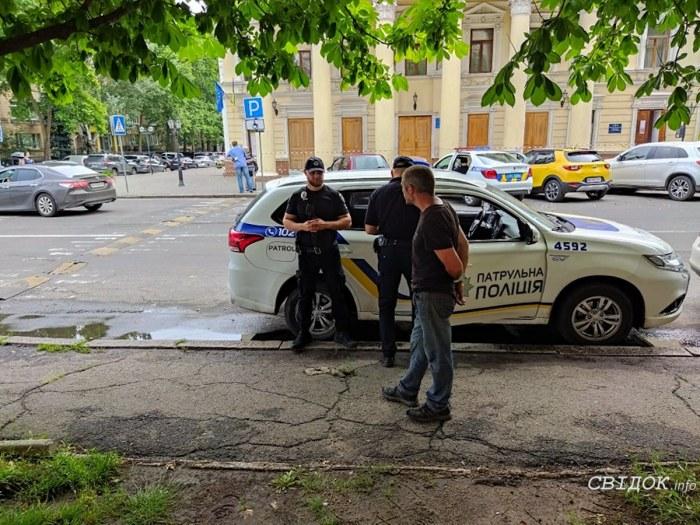 В Николаеве мужчина посреди бела дня побил окна в мэрии (ВИДЕО)