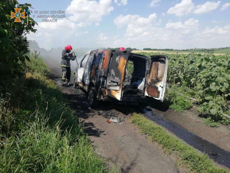 Николаевские спасатели тушили загоревшееся авто в поле (ФОТО)