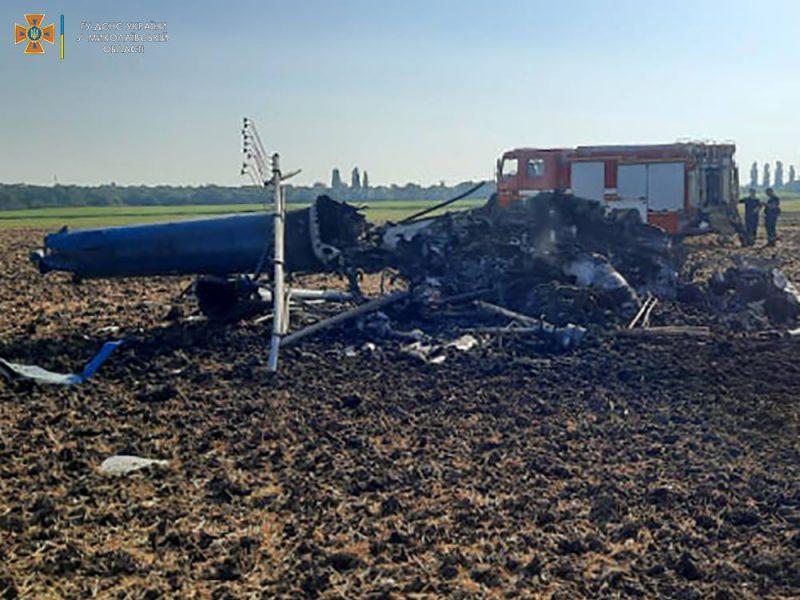 Под Николаевом упал вертолет Ми-2, два человека погибли (ФОТО, ВИДЕО)