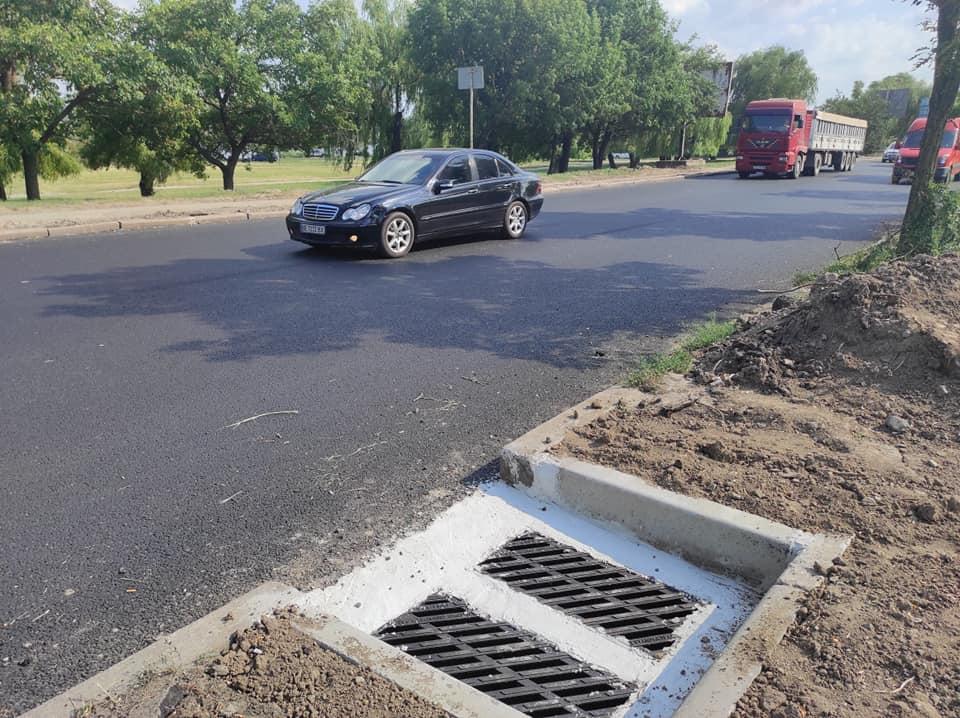 На отремонтированной дороге в Варваровке фуры уже раздавили ливневки, ЭЛУ автодорог будет их прятать 1