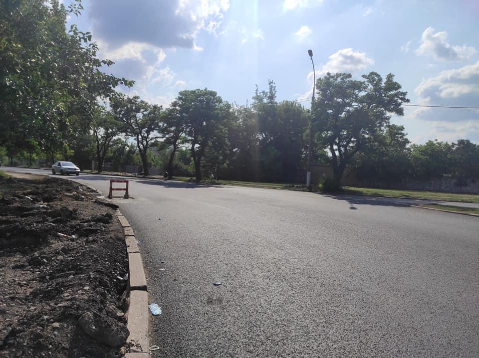На отремонтированной дороге в Варваровке фуры уже раздавили ливневки, ЭЛУ автодорог будет их прятать 3