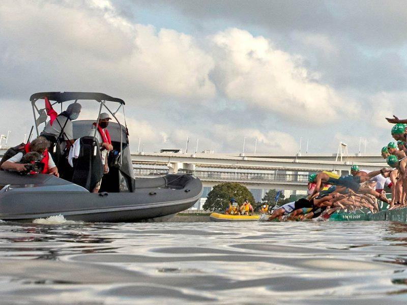 Лодка телевизионщиков сорвала заплыв триатлонистов на Олимпиаде и чуть не задавила спортсменов (ВИДЕО)