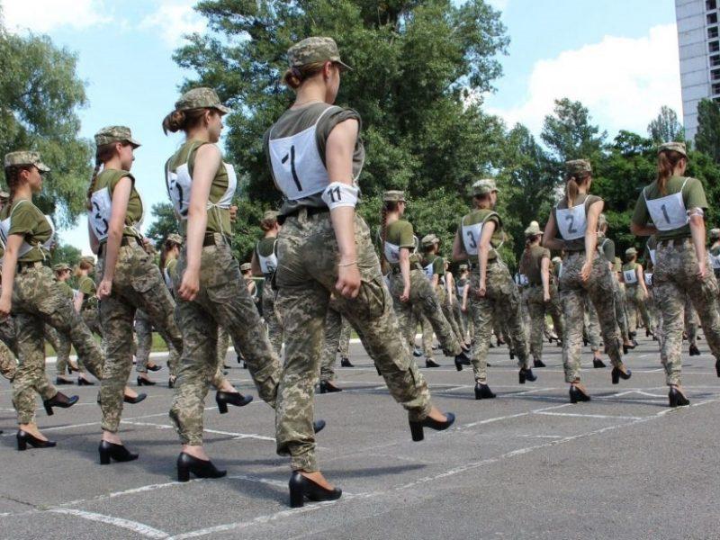 Правительственная уполномоченная по гендерной политике изучает ситуацию с женщинами-военными, которых заставили идти строевым шагом на каблуках