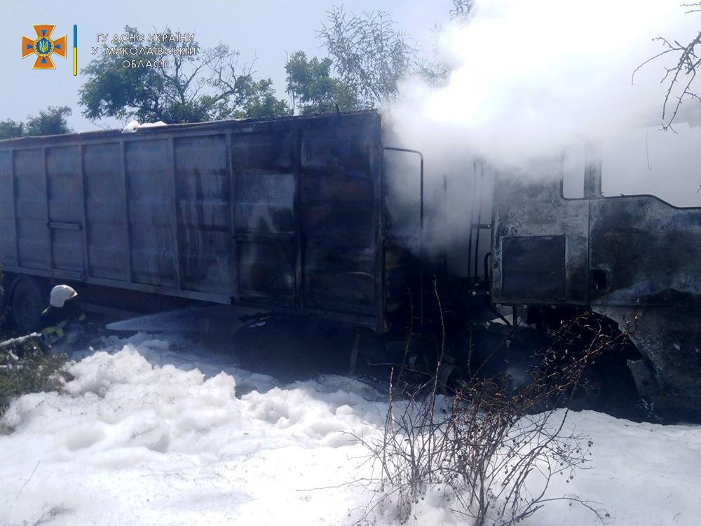На Николаевщине прямо во время уборочной загорелся грузовик с горохом - поле уберегли, грузовик нет (ФОТО) 5