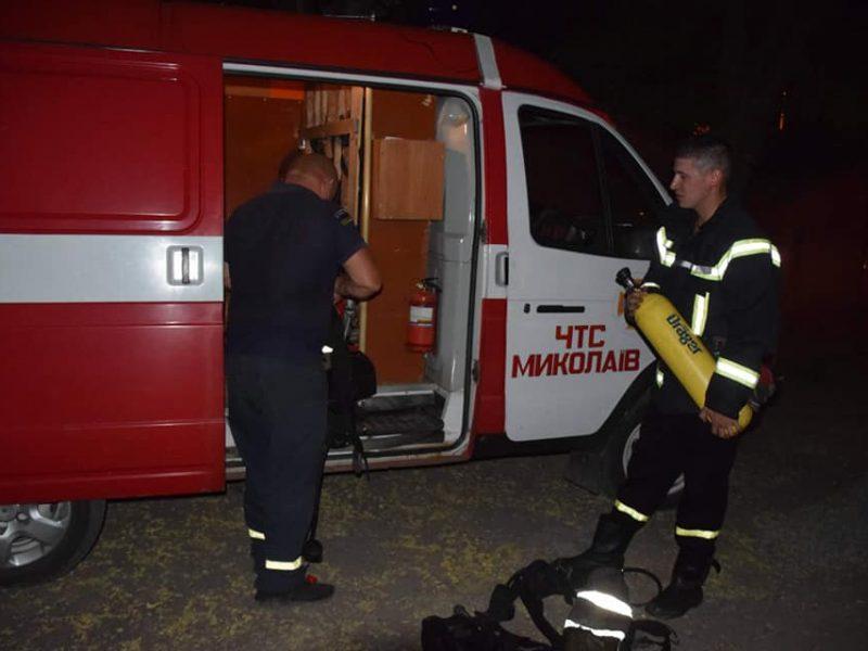 Ночью в Николаеве на пожаре двухэтажки спасли 8 человек, в том числе четырех детей (ФОТО)